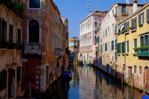 ヴェネツィアの小運河。 ヴェネツィアの小運河。 ヴェネツィアの小運河。 小運河を航行するゴンドラ